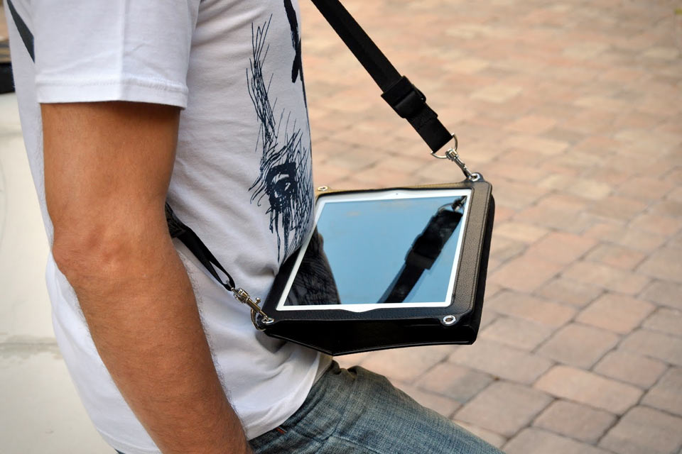 Platforma-Convertible-Messenger-Bag-for-iPad