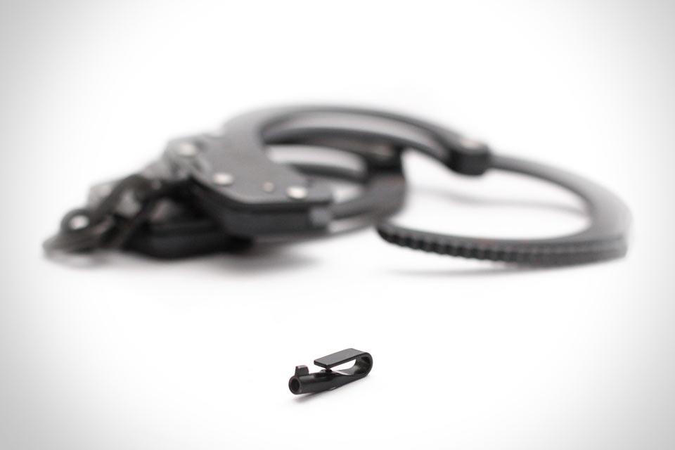 Универсальная отмычка для наручников The TIHK размером с запонку