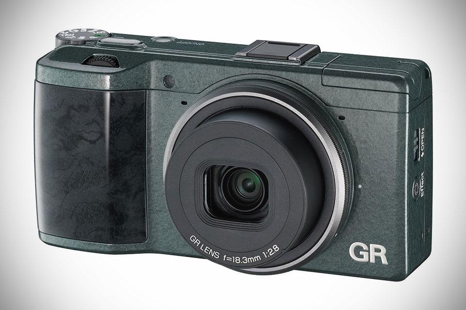 Компактная камера Ricoh GR Limited Edition с деревянной ручкой