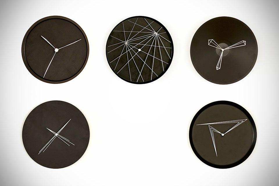 Настенные часы Perspective с геометрическими циферблатами