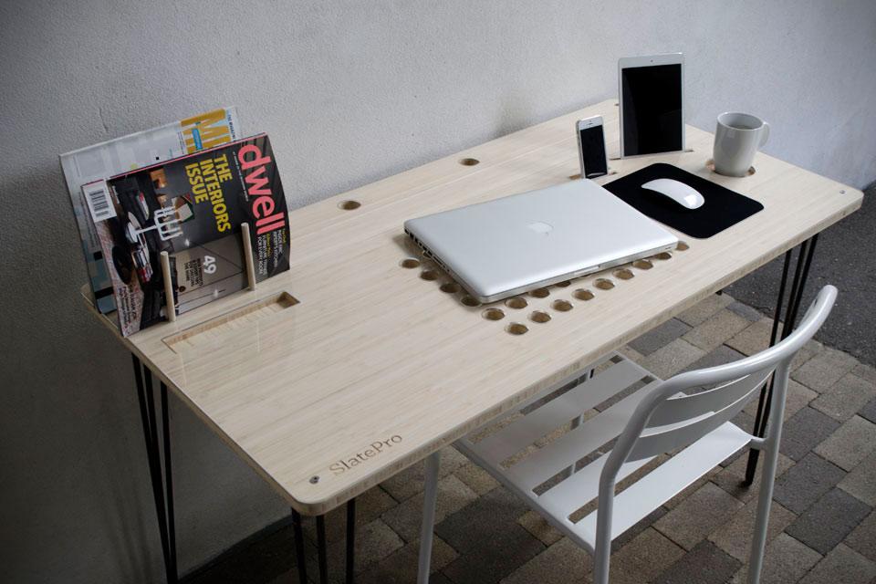 Компьютерный стол SlatePro со встроенными гаджет-органайзерами