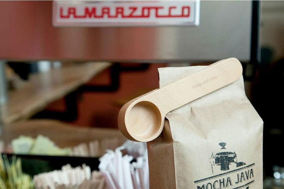 Мерная ложечка Kikkerland Wood Cafe Clip и зажим для кофейных пакетов
