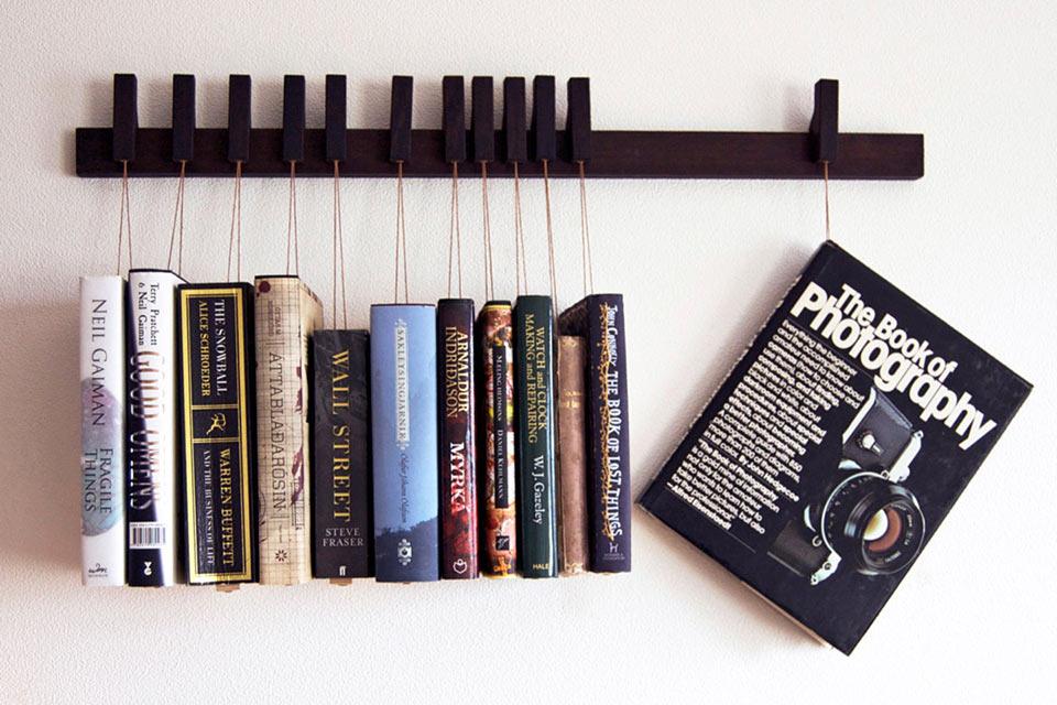 Полка Hanging Book Rack, на которой книги висят
