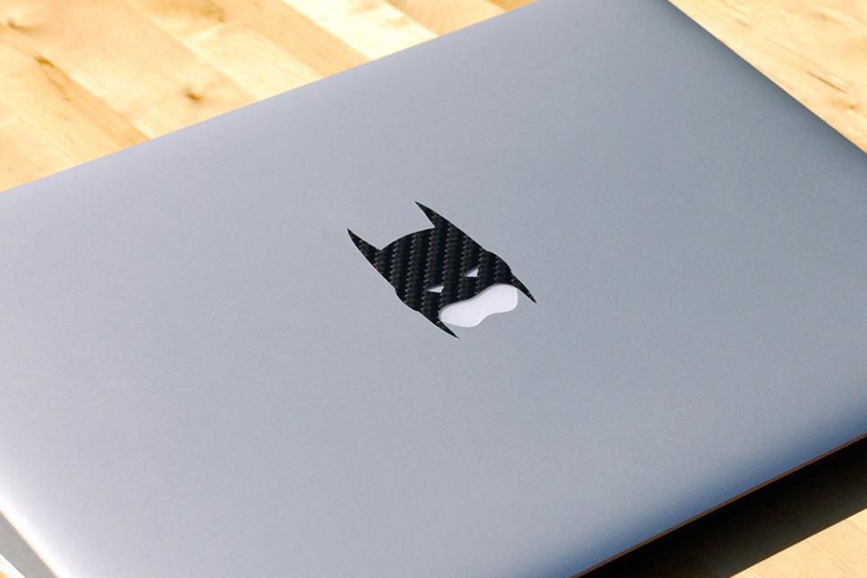 Карбоновая наклейка Carbon Fiber Batman для придания MacBook брутальной внешности