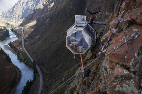 Прозрачные туристические капсулы Skylodge на скалах долины Урубамба (Перу)