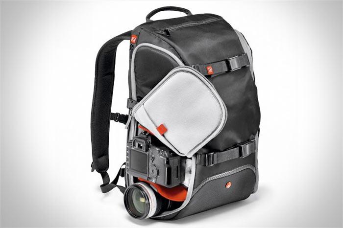 фоторюкзак Manfrotto Advanced Travel Backpack вид сбоку с открытой молнией