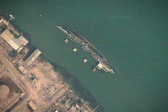 Затонувший корабль в городе Басра, на юге Ирака